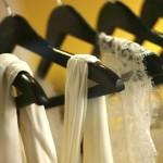 poročne obleke na obešalnikih